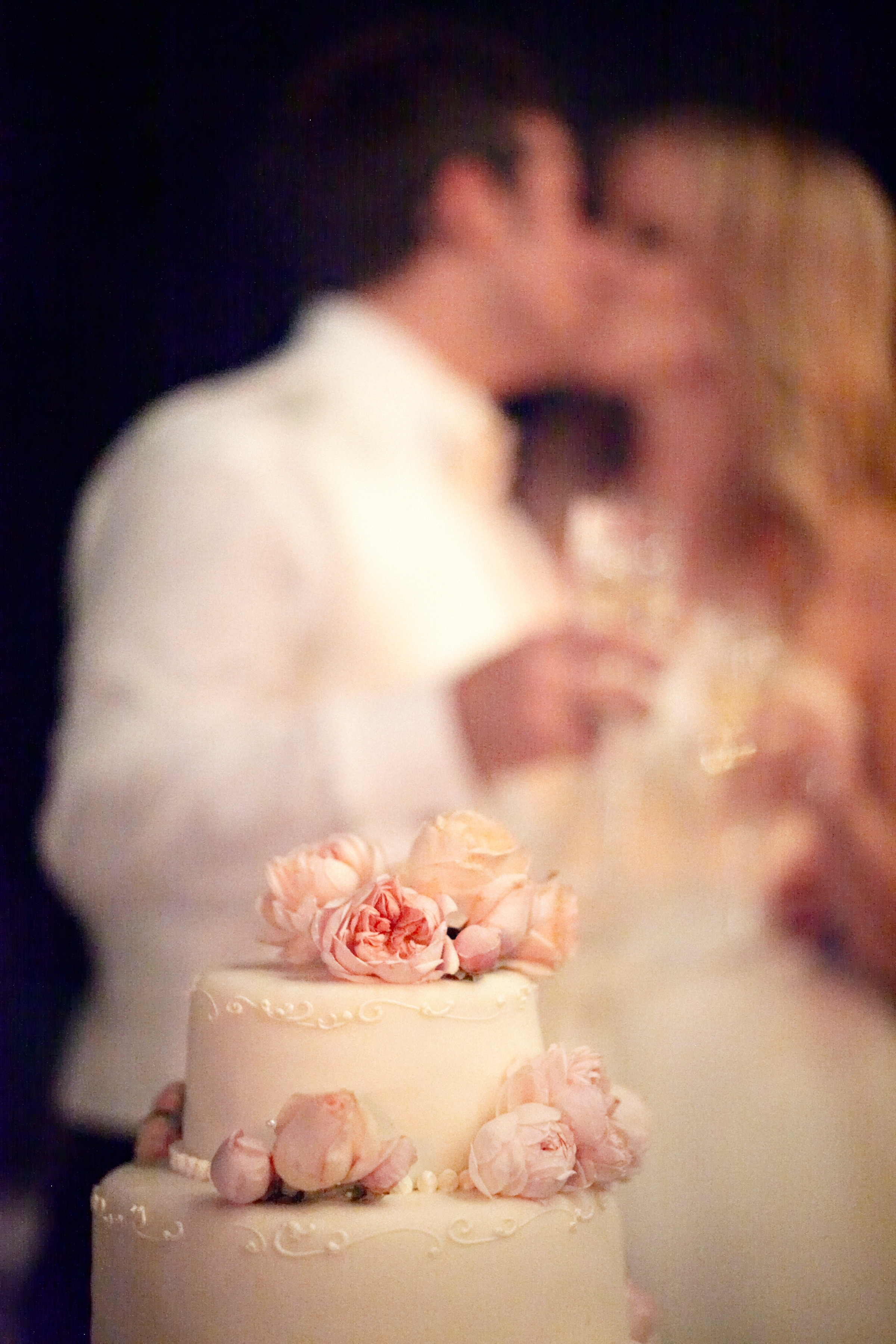 romantic-wedding-cake-estate-wedding